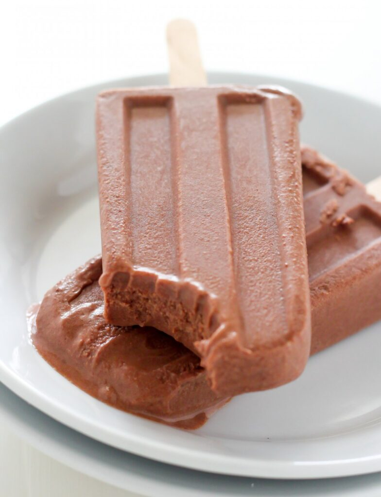 Super easy AND healthy Greek Yogurt Chocolate Fudge Pops made with ...