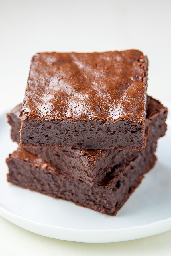 Flourless Fudge Brownies made with healthier ingredients! This recipe is a game changer.