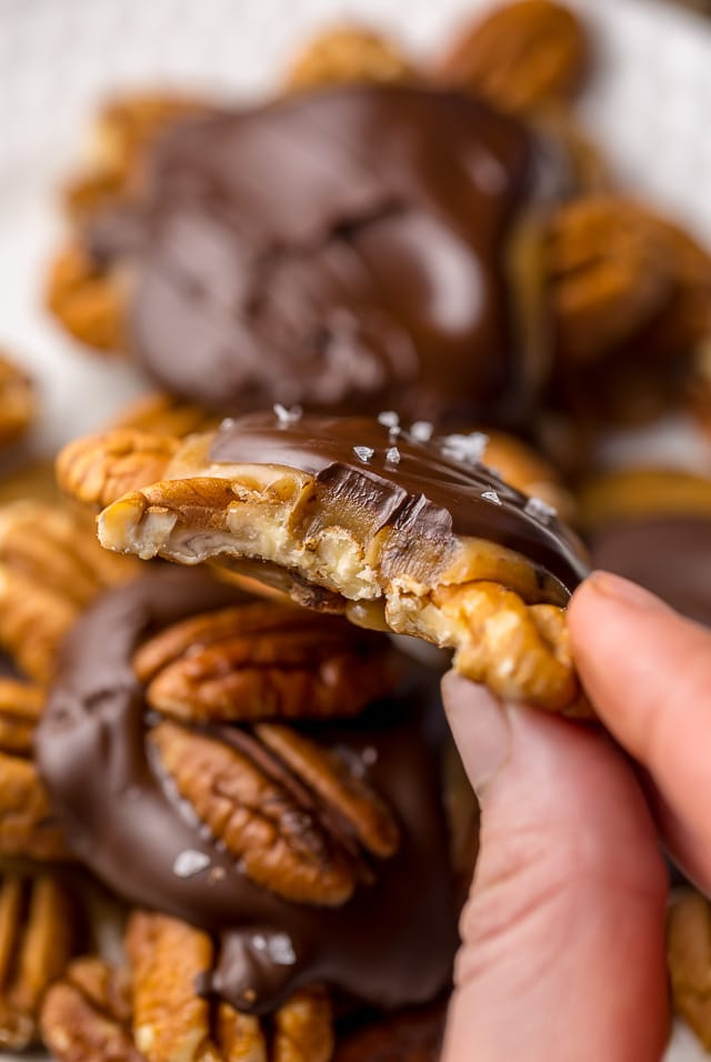 Super easy homemade turtle candies with salted caramel and dark chocolate!